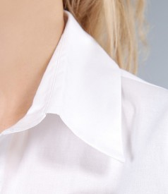 Camasa din bumbac elastic alb cu floare si butoni