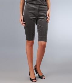 Pantaloni scurti din catifea elastica cu garnitura