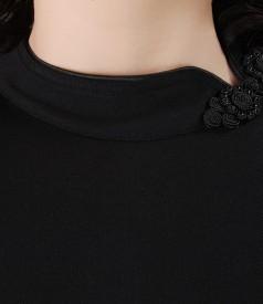Rochie neagra cu fenta si brandemburguri