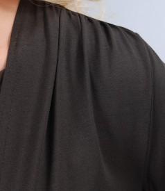 Bluza din jerse maro legata cu cordon