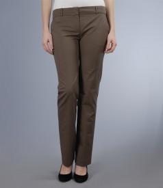 Pantaloni din bumbac elastic maro cu buzunare