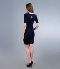 Rochie din jerse elastic cu insertie alb-bleumarin si accesoriu