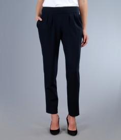 Pantaloni din stofa elastica bleumarin cu buzunare si falduri