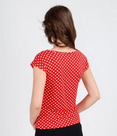 Tricou din jerse imprimat cu buline cu umeri cazuti