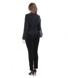 Tinuta de ocazie cu pantaloni din catifea elastica si geanta plic