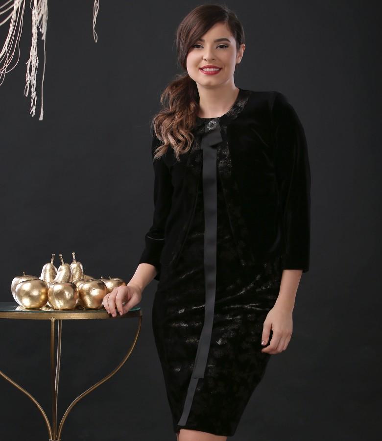Costum de ocazie cu rochie si sacou din catifea elastica si brosa accesoriu