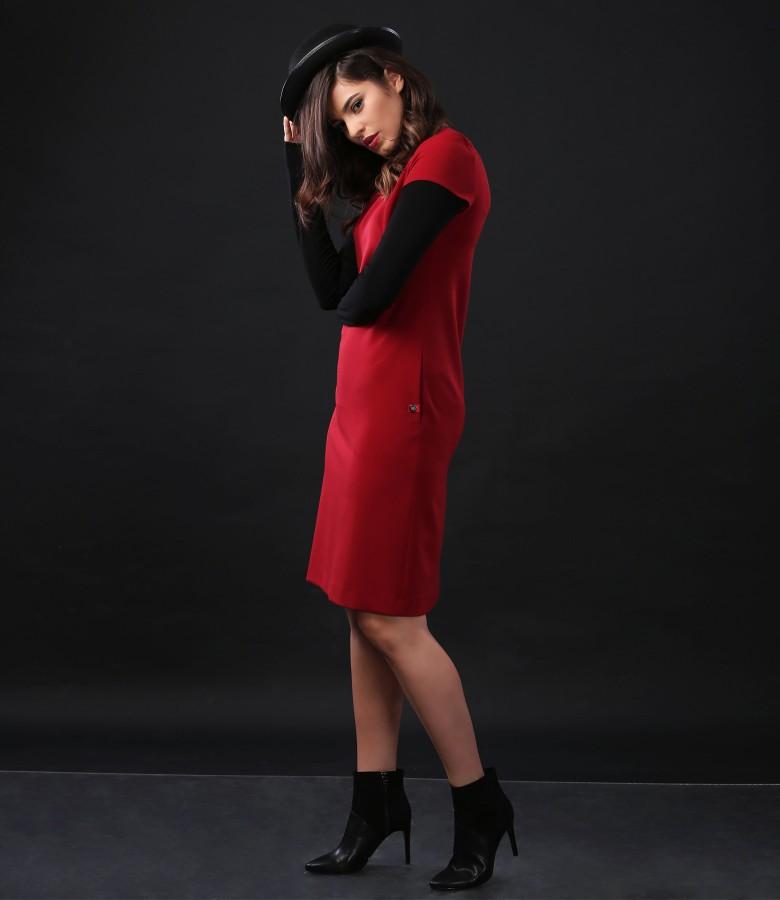 Tinuta eleganta cu rochie din stofa elastica si bluza cu guler pe gat