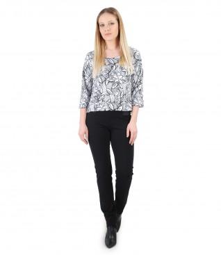 Tinuta casual cu bluza din jerse cu imprimeu floral si pantaloni pana