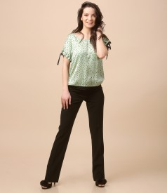 Tinuta casual cu bluza din vascoza imprimata si pantaloni cu dunga