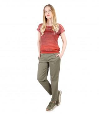 Tinuta casual cu pantaloni din bumbac texturat si bluza imprimata cu dungi