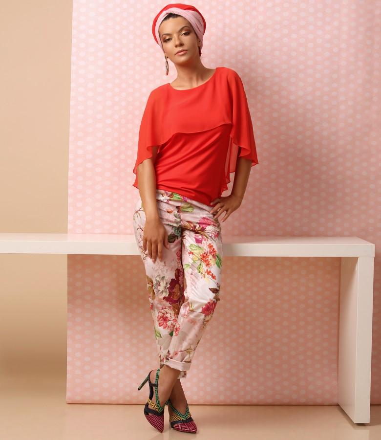 Pantaloni pana cu imprimeu floral si bluza din jerse cu pelerina din voal