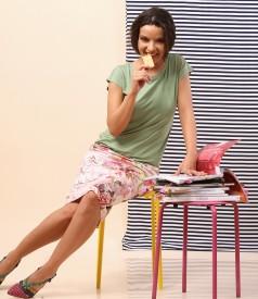 Fusta creion cu imprimeu floral si bluza din jerse uni