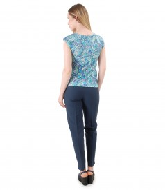 Tinuta eleganta cu pantaloni din vascoza si bluza din jerse imprimat