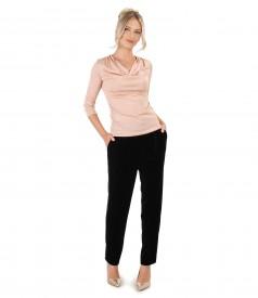 Tinuta de ocazie cu pantaloni din catifea si bluza cu efect sidefat