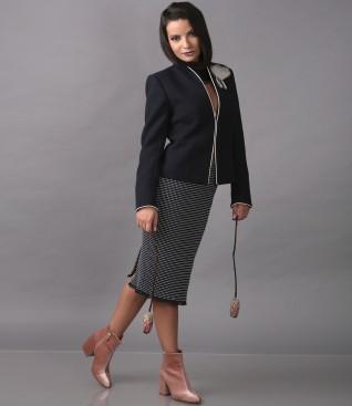 Tinuta eleganta cu sacou cu brosa accesoriu si fusta din bucle multi-color