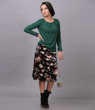 Fusta din catifea imprimata cu motive florale si bluza din jerse elastic