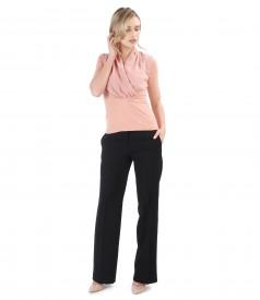 Tinuta office cu pantaloni drepti si bluza cu guler suprapus din voal
