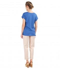 Tinuta casual cu pantaloni din bumbac texturat si bluza cu fata imprimata
