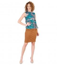 Fusta din stofa cu aspect catifelat si bluza din jerse elastic gros cu imprimeu