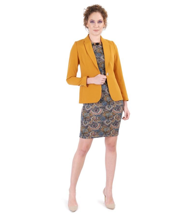 Tinuta office cu sacou din stofa texturata si rochie din jerse imprimat