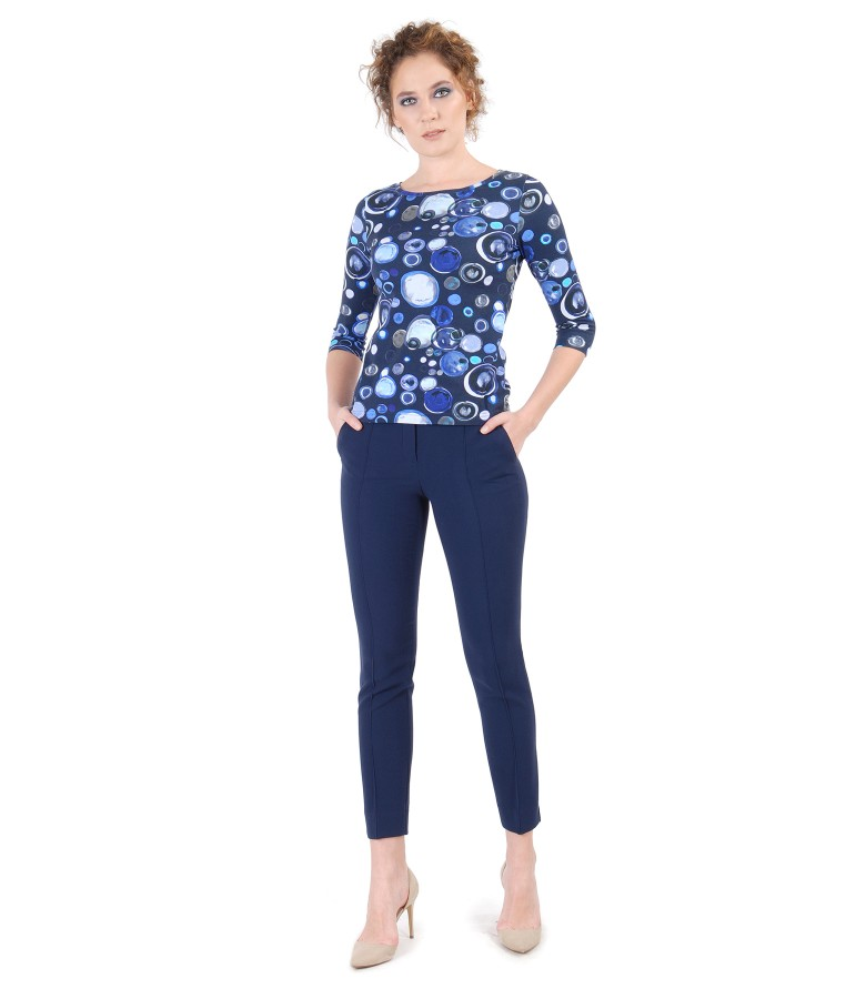 Tinuta eleganta cu tricou din jerse elastic imprimat  si pantaloni cu dunga cusuta