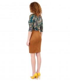 Fusta din stofa cu aspect catifelat si bluza din jerse imprimat