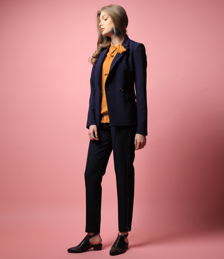 Tinuta office cu sacou si pantaloni din stofa elastica si bluza cu guler gen esarfa