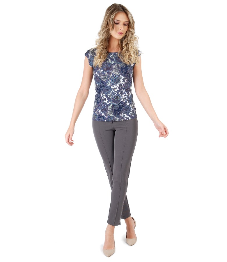 Tinuta eleganta cu pantaloni pana si tricou din jerse elastic imprimat