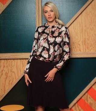 Bluza imprimata cu motive florale si fusta semiclos