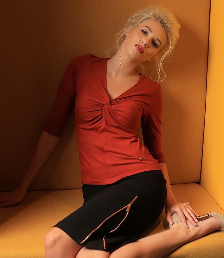 Tinuta eleganta cu fusta cu fermoar metalic si bluza din jerse elastic