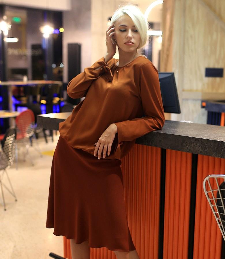 Tinuta eleganta cu fusta semiclos si bluza din viscoza