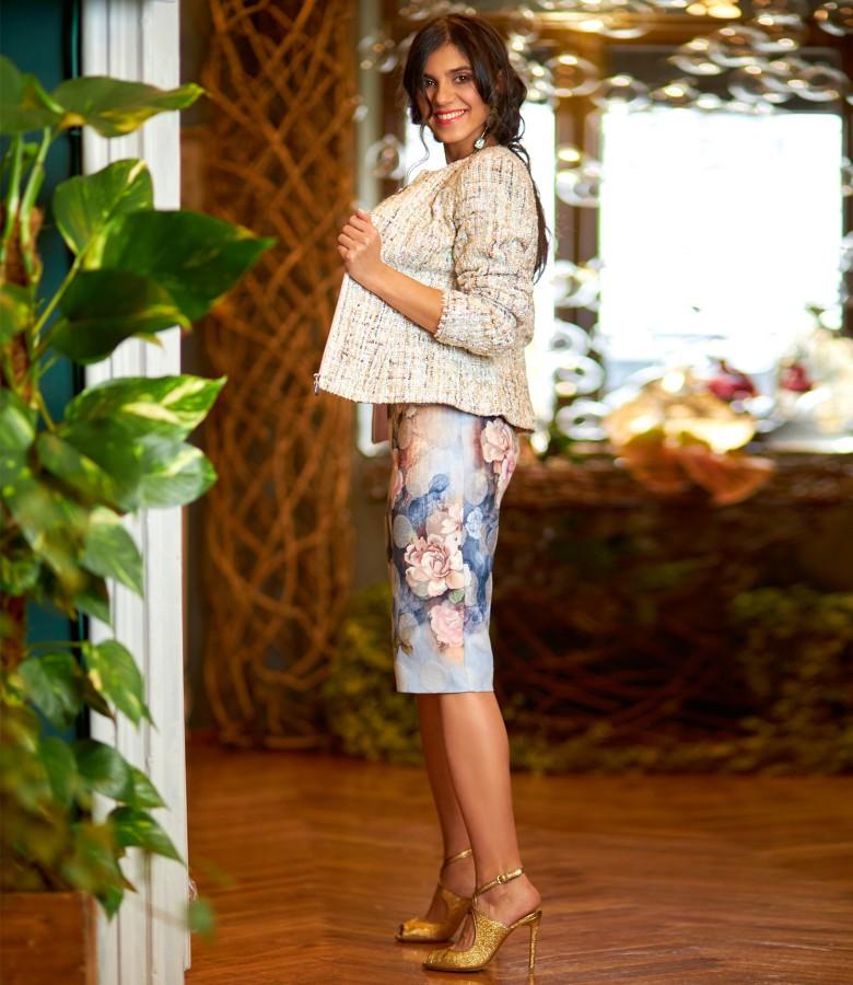 Tinuta eleganta cu sacou din bucle cu paiete si rochie cu motive florale