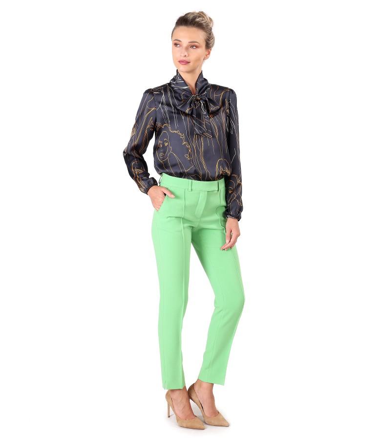 Tinuta eleganta cu bluza din saten imprimat si pantaloni pana