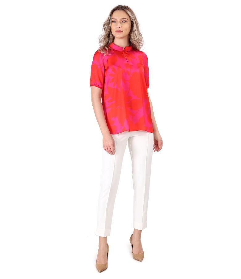 Pantaloni pana cu dunga pe fata cu bluza din saten imprimat