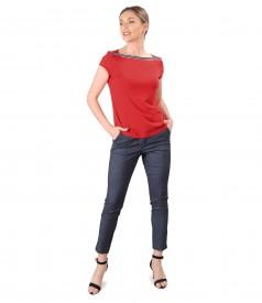 Tinuta eleganta cu pantaloni din denim si bluza din jerse elastic cu rips