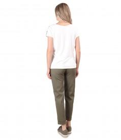 Tinuta smart/casual cu pantaloni din bumbac texturat si bluza cu fata din viscoza imprimata