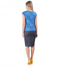 Fusta din denim elastic cu bluza din jerse elastic